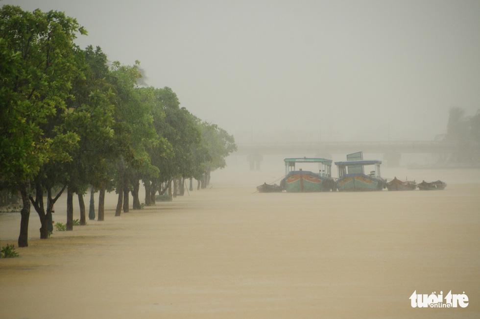Nước biển tràn vào Cù Lao Chàm, phố cổ Hội An run rẩy trong bão - Ảnh 8.