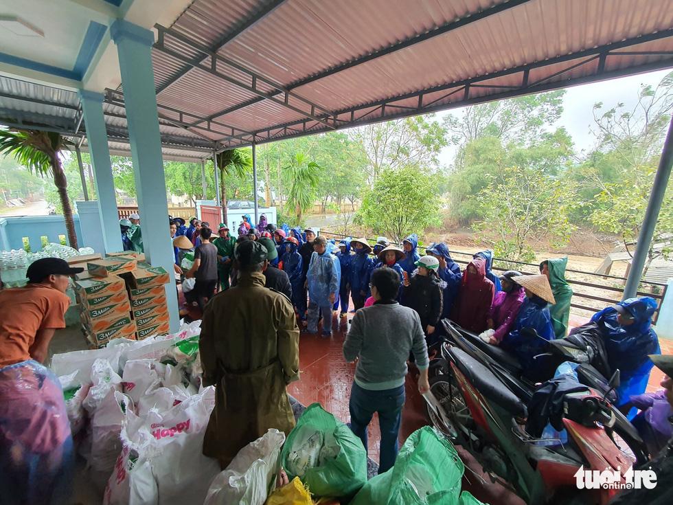 1.500 suất quà về kịp trước ngày nước lên ở vùng lụt Quảng Trị - Ảnh 2.
