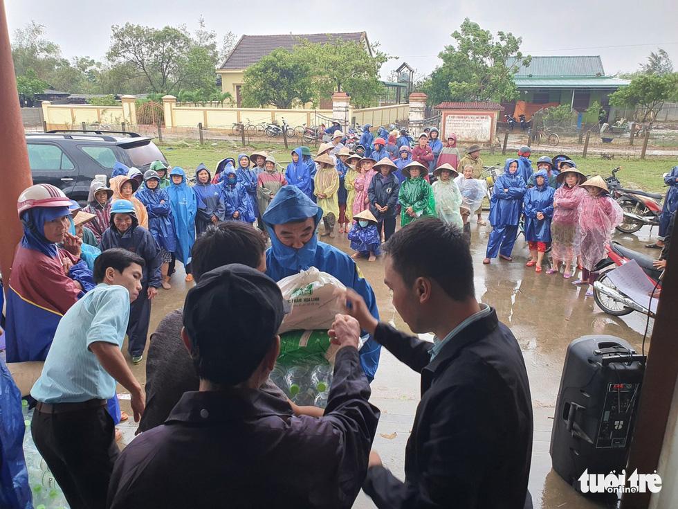 1.500 suất quà về kịp trước ngày nước lên ở vùng lụt Quảng Trị - Ảnh 3.