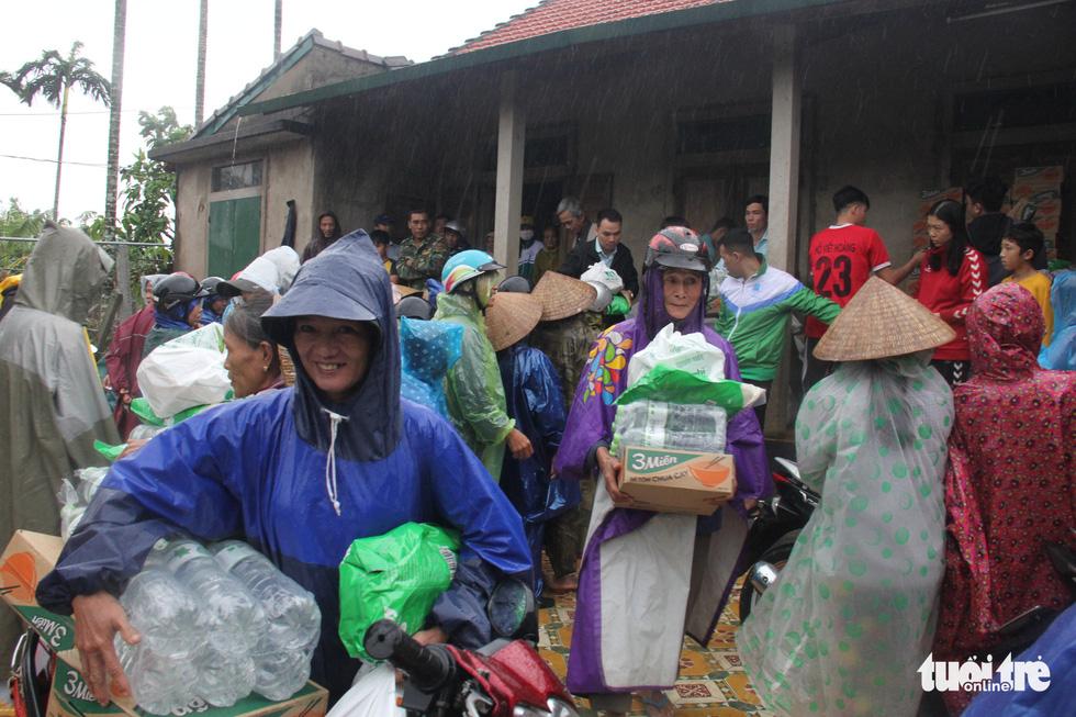 1.500 suất quà về kịp trước ngày nước lên ở vùng lụt Quảng Trị - Ảnh 1.