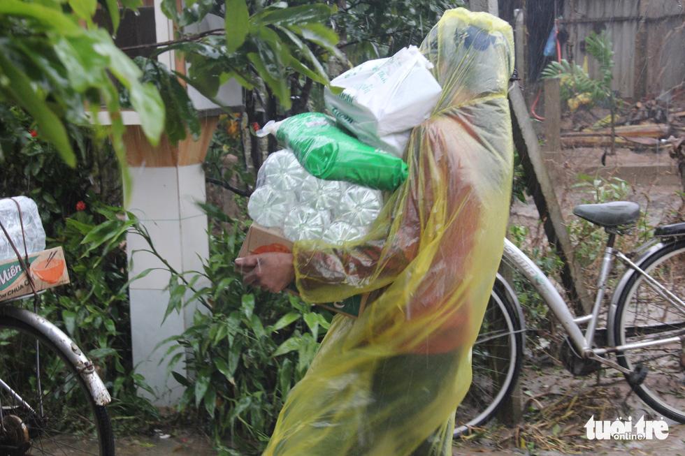1.500 suất quà về kịp trước ngày nước lên ở vùng lụt Quảng Trị - Ảnh 6.