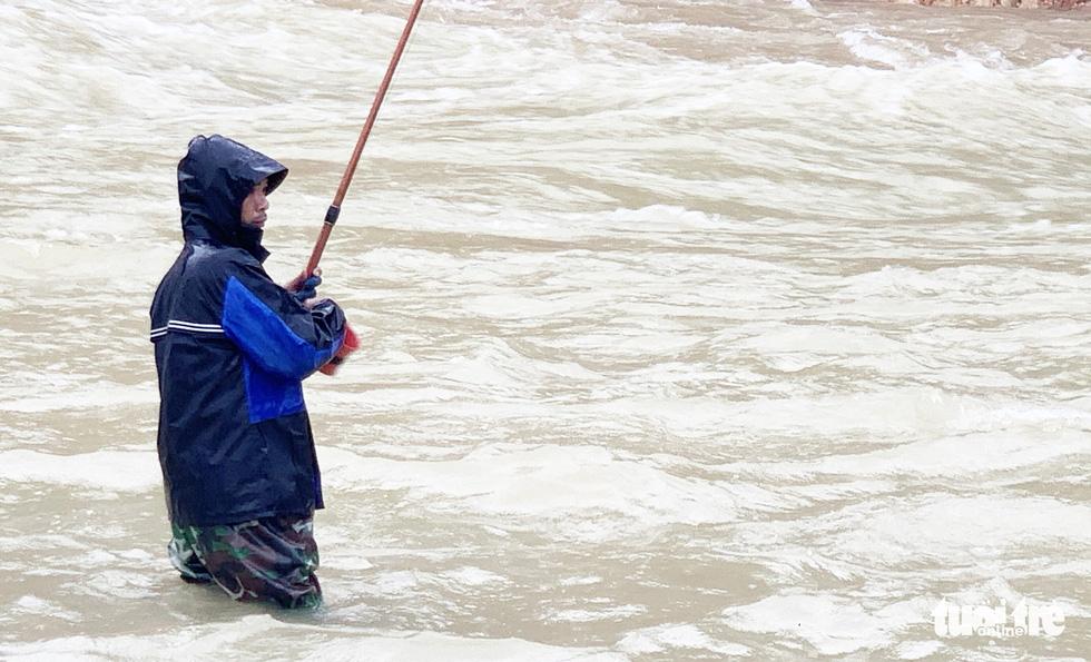 Liều mình săn cá 'khủng' dưới chân hồ Kẻ Gỗ - Ảnh 10.