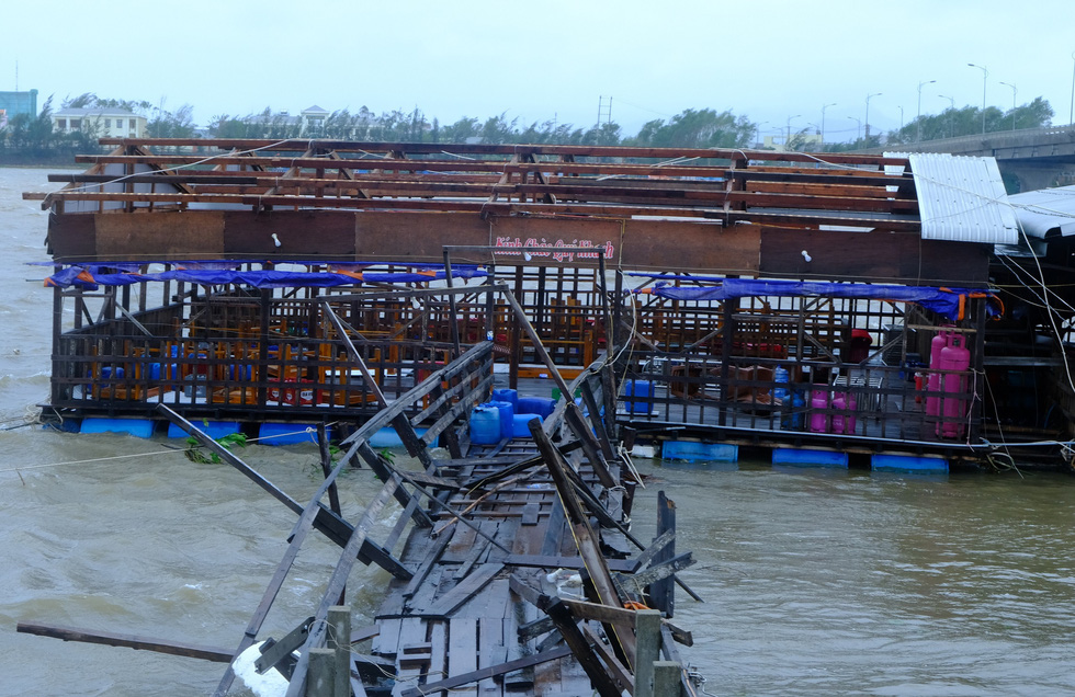 Tan tành làng nhà hàng bè nổi sầm uất ở tâm bão số 9 - Ảnh 7.