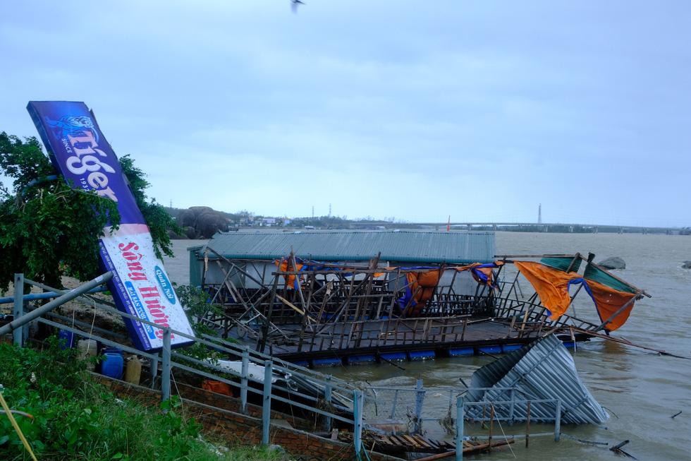Tan tành làng nhà hàng bè nổi sầm uất ở tâm bão số 9 - Ảnh 2.