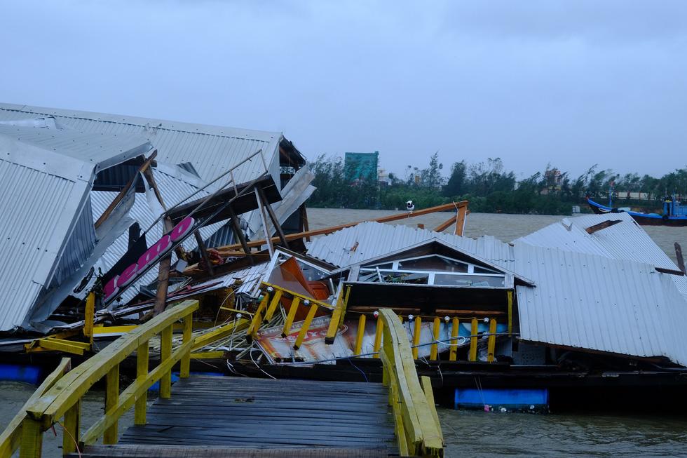 Tan tành làng nhà hàng bè nổi sầm uất ở tâm bão số 9 - Ảnh 1.