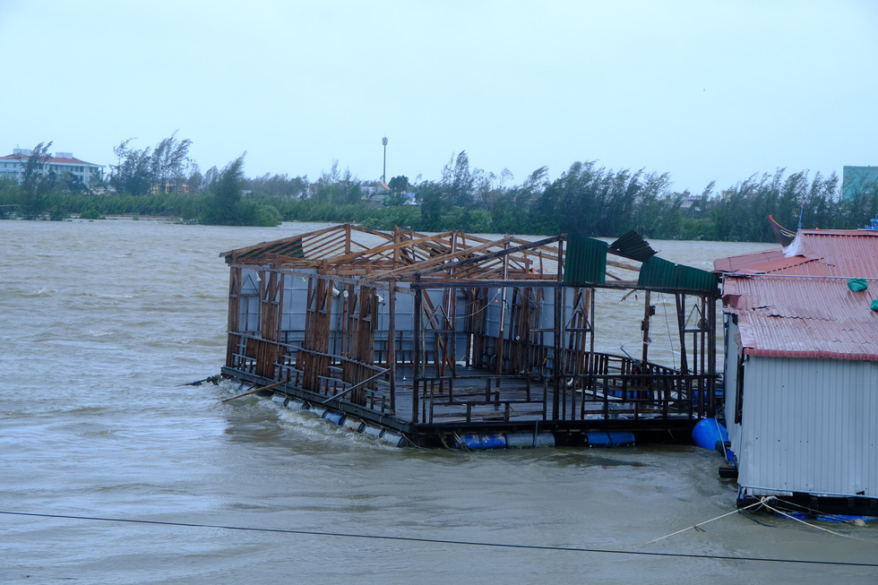 Tan tành làng nhà hàng bè nổi sầm uất ở tâm bão số 9 - Ảnh 6.