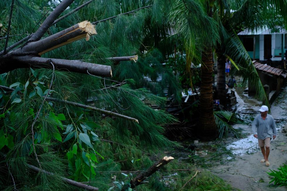Tan tành làng nhà hàng bè nổi sầm uất ở tâm bão số 9 - Ảnh 8.