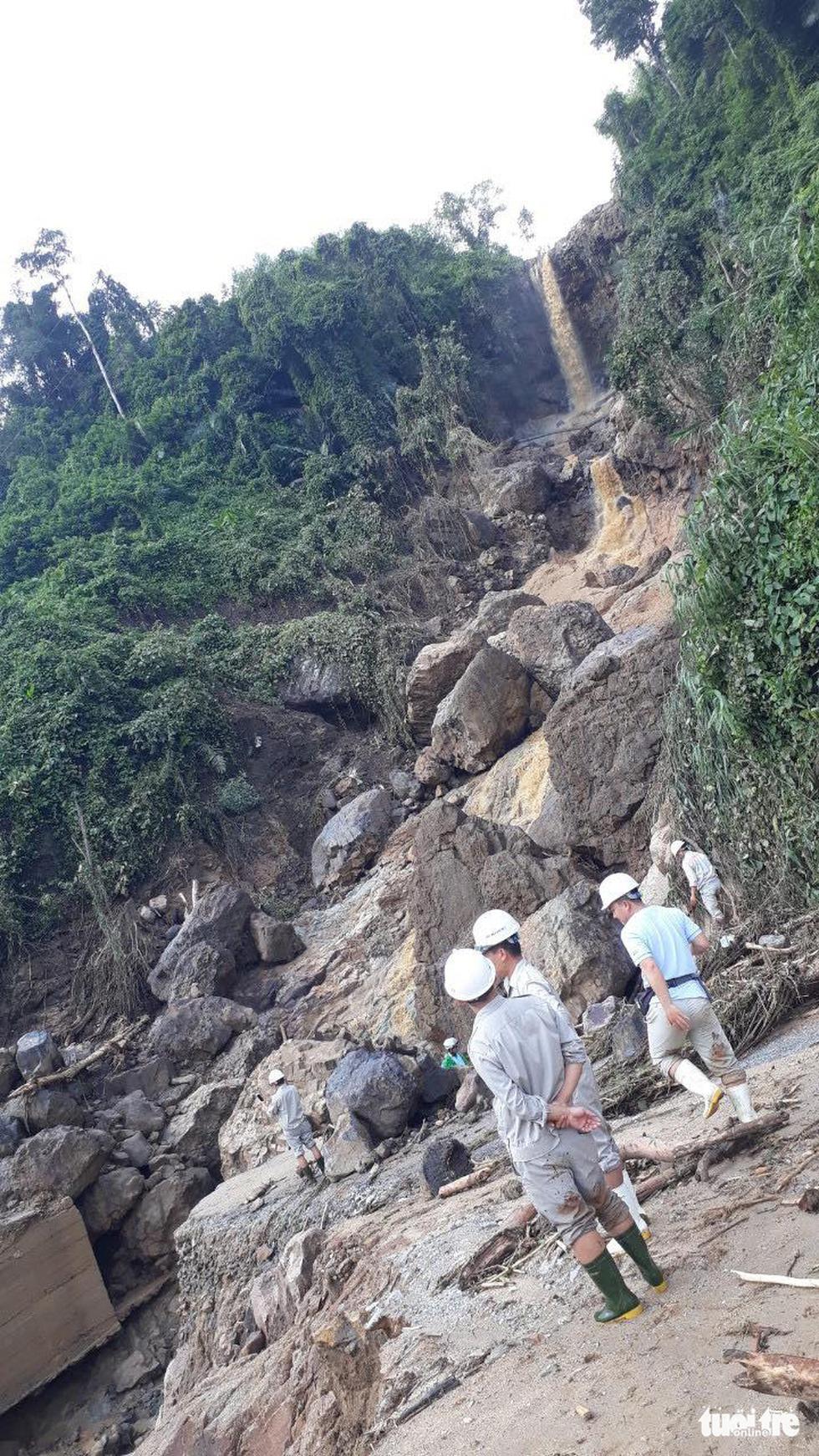Lũ thượng nguồn sông Đăk Mi, hàng trăm công nhân bị cô lập - Ảnh 4.