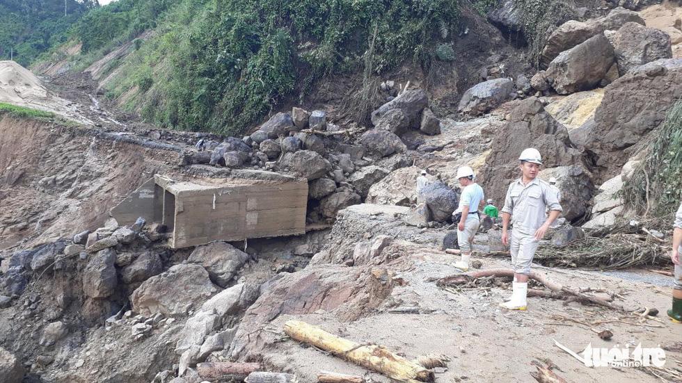 Lũ thượng nguồn sông Đăk Mi, hàng trăm công nhân bị cô lập - Ảnh 5.