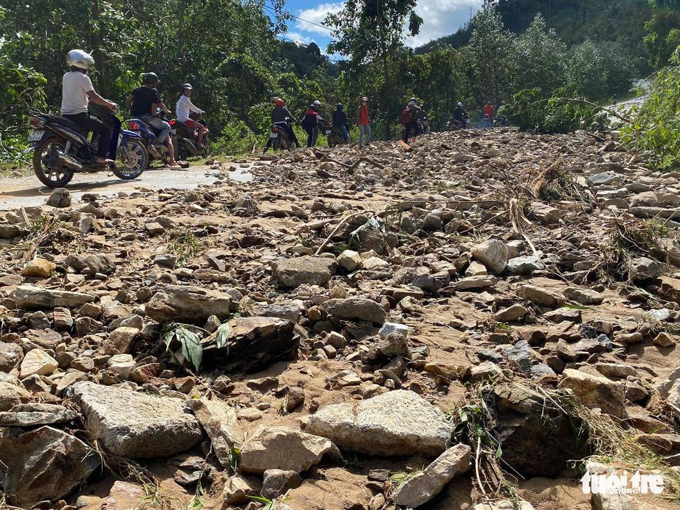 Nóng: Hai vụ sạt lở vùi lấp 53 người ở Quảng Nam, đã thông đường vào Nam Trà My - Ảnh 7.