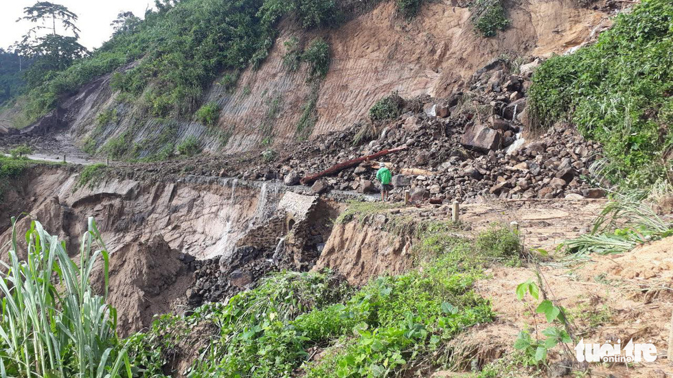 Lũ thượng nguồn sông Đăk Mi, hàng trăm công nhân bị cô lập - Ảnh 8.