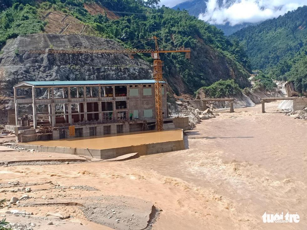 Lũ thượng nguồn sông Đăk Mi, hàng trăm công nhân bị cô lập - Ảnh 9.