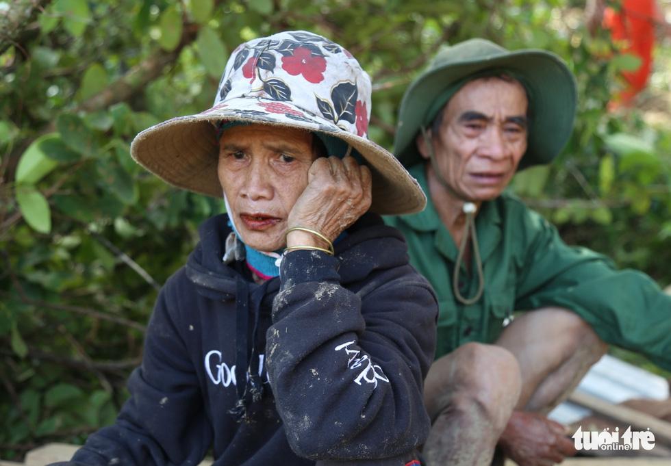 Trà Leng: Ba, má, con, em ruột tôi bị chôn vùi trong đất hết rồi - Ảnh 2.
