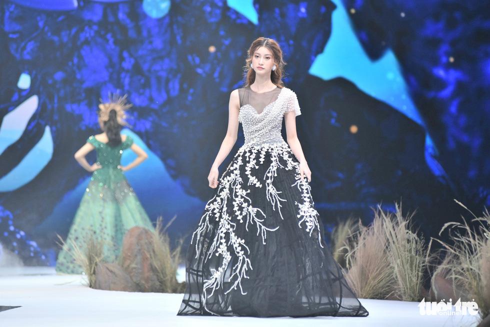 Vietnam Runway Fashion Week 2020: Bởi rừng là hơi thở, là sự sống, là sự hồi sinh... - Ảnh 3.