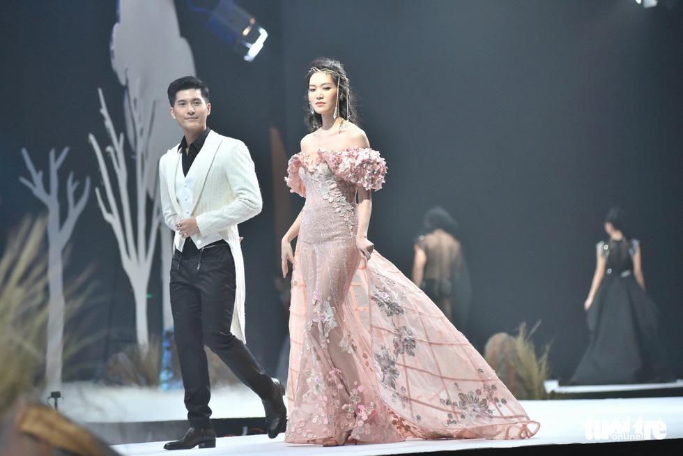 Vietnam Runway Fashion Week 2020: Bởi rừng là hơi thở, là sự sống, là sự hồi sinh... - Ảnh 5.