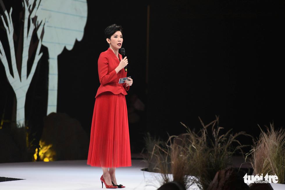 Vietnam Runway Fashion Week 2020: Bởi rừng là hơi thở, là sự sống, là sự hồi sinh... - Ảnh 2.