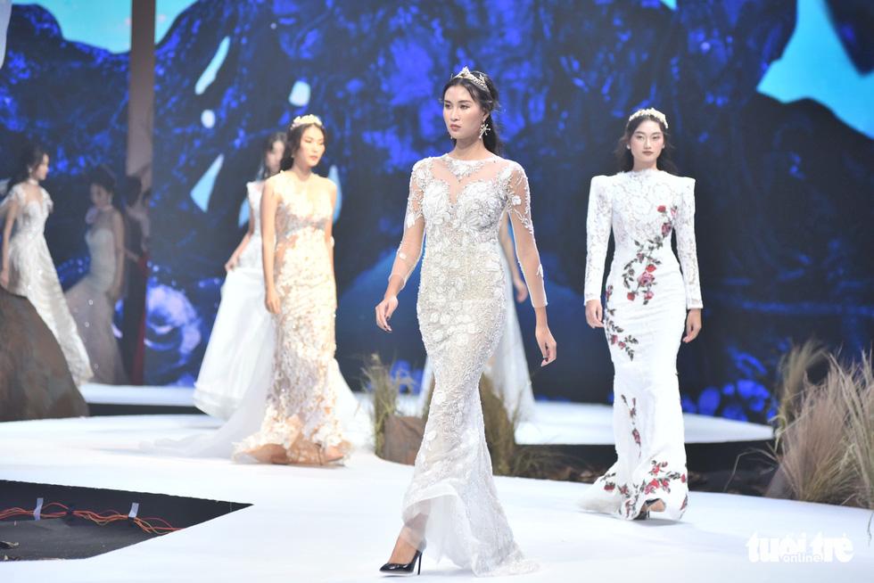 Vietnam Runway Fashion Week 2020: Bởi rừng là hơi thở, là sự sống, là sự hồi sinh... - Ảnh 6.