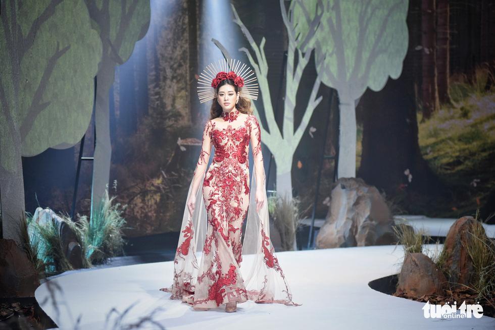 Vietnam Runway Fashion Week 2020: Bởi rừng là hơi thở, là sự sống, là sự hồi sinh... - Ảnh 1.