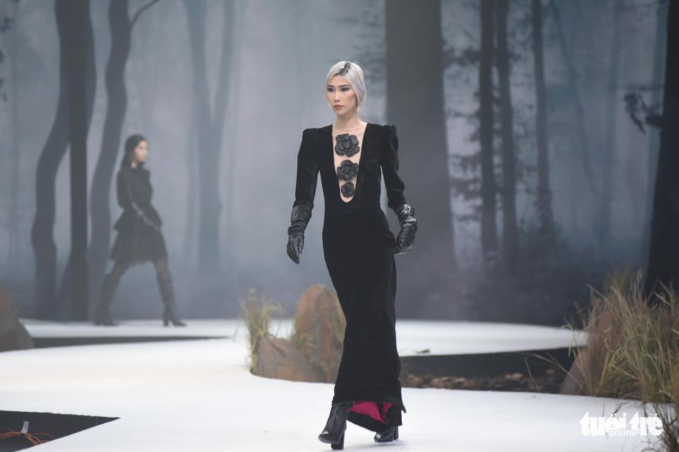 Vietnam Runway Fashion Week 2020: Bởi rừng là hơi thở, là sự sống, là sự hồi sinh... - Ảnh 10.