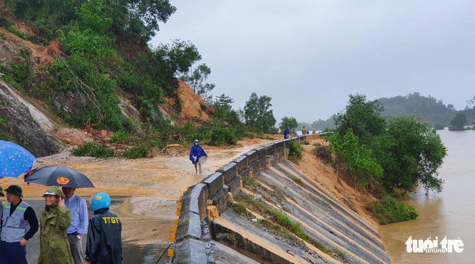 Mưa lớn dồn dập, nhà dân Nghệ An ngập tới nóc, huy động xe cứu hỏa cứu người - Ảnh 6.