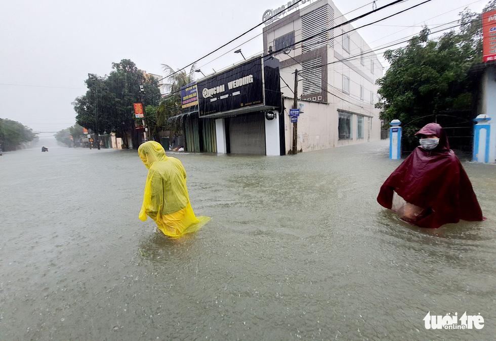 Mưa trắng trời, đường phố như sông, người dân Hà Tĩnh nháo nhào di tản - Ảnh 5.
