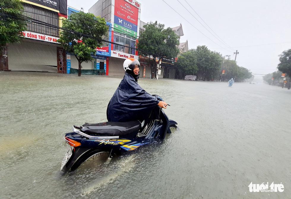Mưa trắng trời, đường phố như sông, người dân Hà Tĩnh nháo nhào di tản - Ảnh 7.