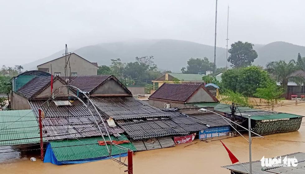 Mưa lớn dồn dập, nhà dân Nghệ An ngập tới nóc, huy động xe cứu hỏa cứu người - Ảnh 1.