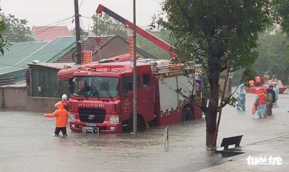 Mưa lớn dồn dập, nhà dân Nghệ An ngập tới nóc, huy động xe cứu hỏa cứu người - Ảnh 2.