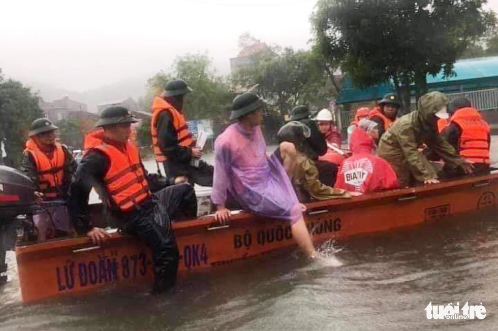 Mưa lớn dồn dập, nhà dân Nghệ An ngập tới nóc, huy động xe cứu hỏa cứu người - Ảnh 8.