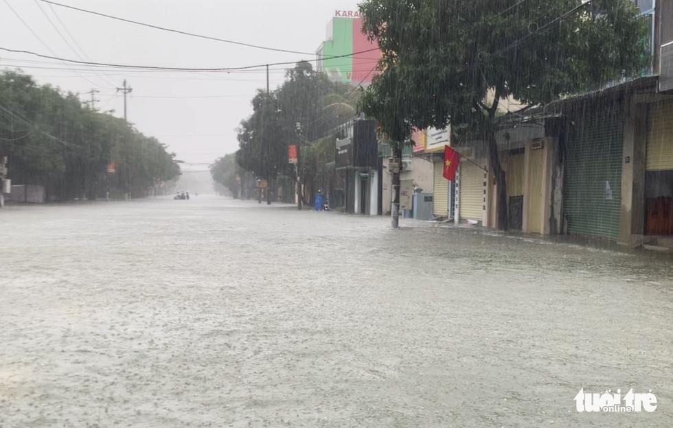 Mưa trắng trời, đường phố như sông, người dân Hà Tĩnh nháo nhào di tản - Ảnh 4.