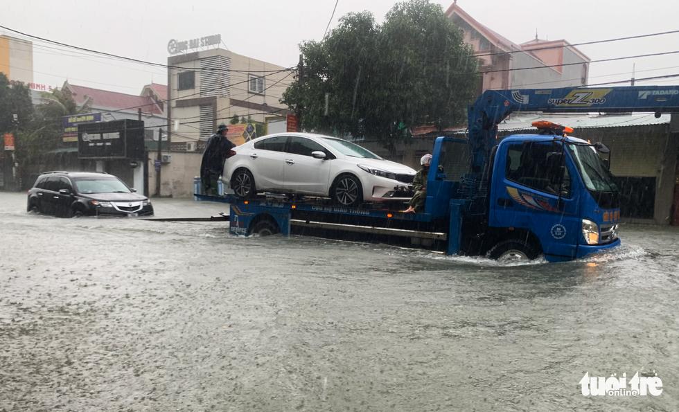 Mưa trắng trời, đường phố như sông, người dân Hà Tĩnh nháo nhào di tản - Ảnh 6.