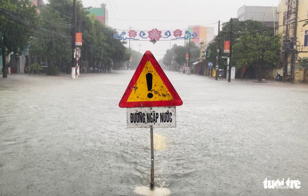 Mưa trắng trời, đường phố như sông, người dân Hà Tĩnh nháo nhào di tản - Ảnh 11.