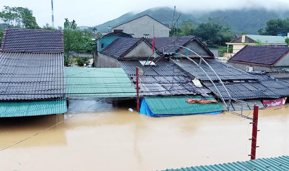 Mưa lớn dồn dập, nhà dân Nghệ An ngập tới nóc, huy động xe cứu hỏa cứu người - Ảnh 9.