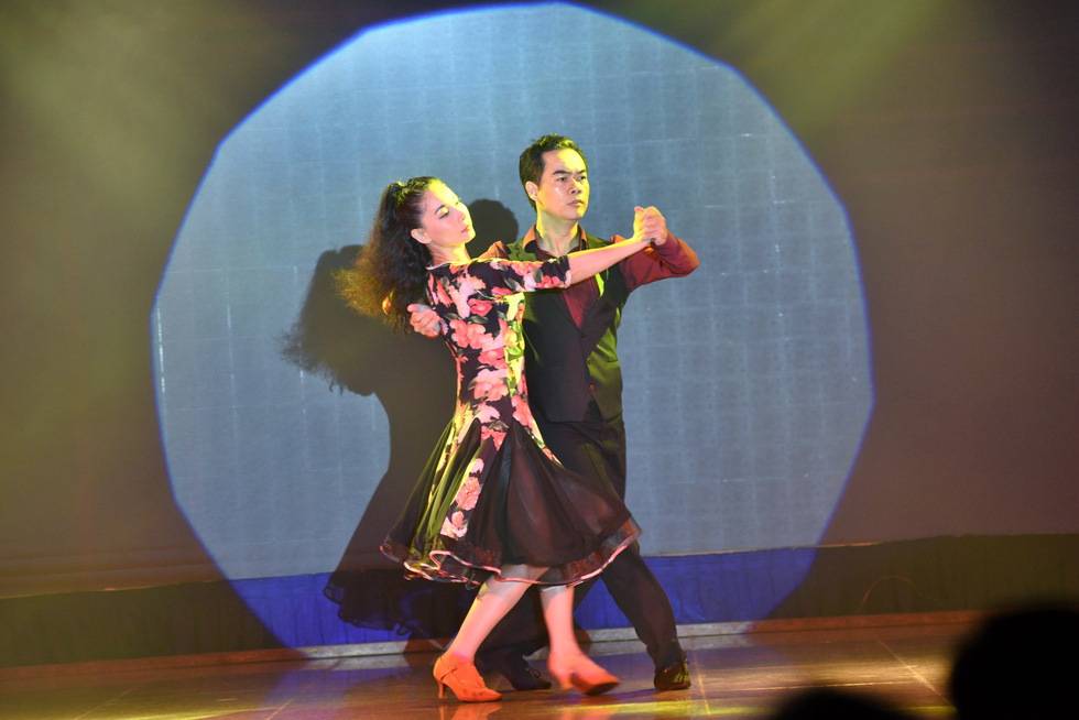 Phi Nhung hát Chị đi tìm em gây quỹ ủng hộ miền Trung, khán giả nghẹn ngào - Ảnh 8.