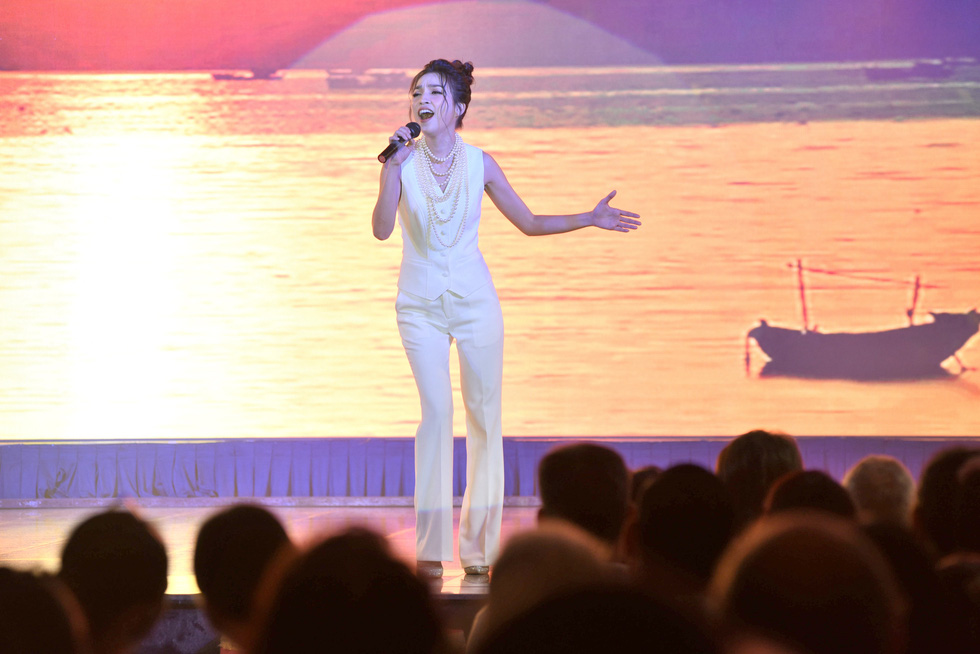 Phi Nhung hát Chị đi tìm em gây quỹ ủng hộ miền Trung, khán giả nghẹn ngào - Ảnh 3.
