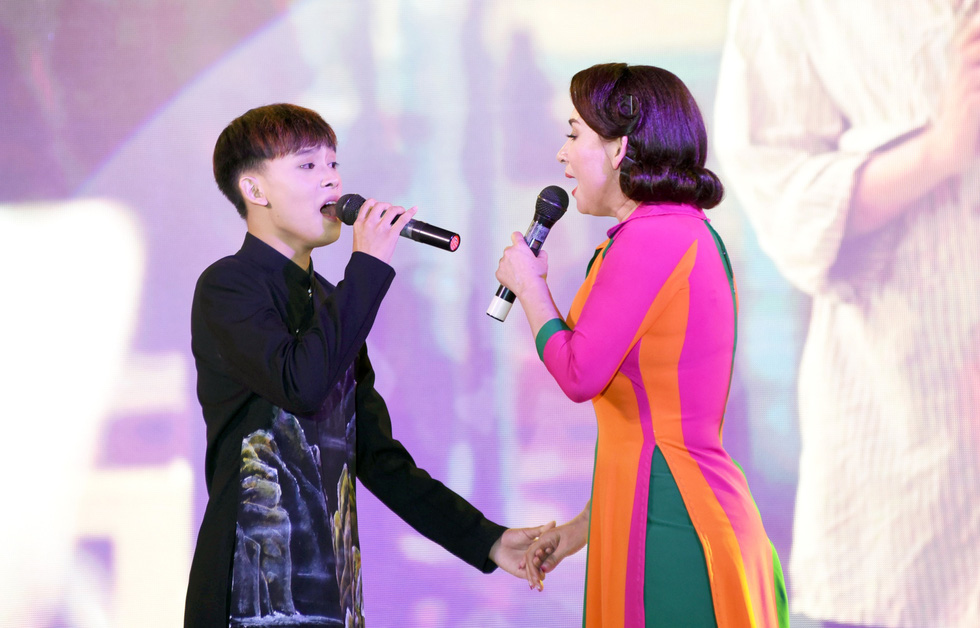 Phi Nhung hát Chị đi tìm em gây quỹ ủng hộ miền Trung, khán giả nghẹn ngào - Ảnh 4.