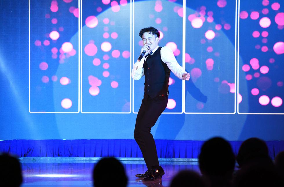 Phi Nhung hát Chị đi tìm em gây quỹ ủng hộ miền Trung, khán giả nghẹn ngào - Ảnh 5.