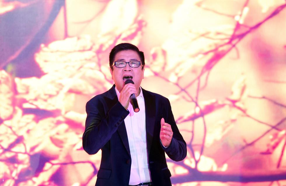 Phi Nhung hát Chị đi tìm em gây quỹ ủng hộ miền Trung, khán giả nghẹn ngào - Ảnh 2.