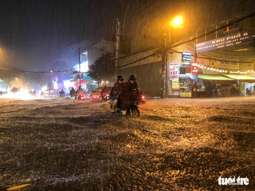 Mưa lớn đường Sài Gòn mênh mông dậy sóng, dân đắp đê ngăn nước - Ảnh 5.