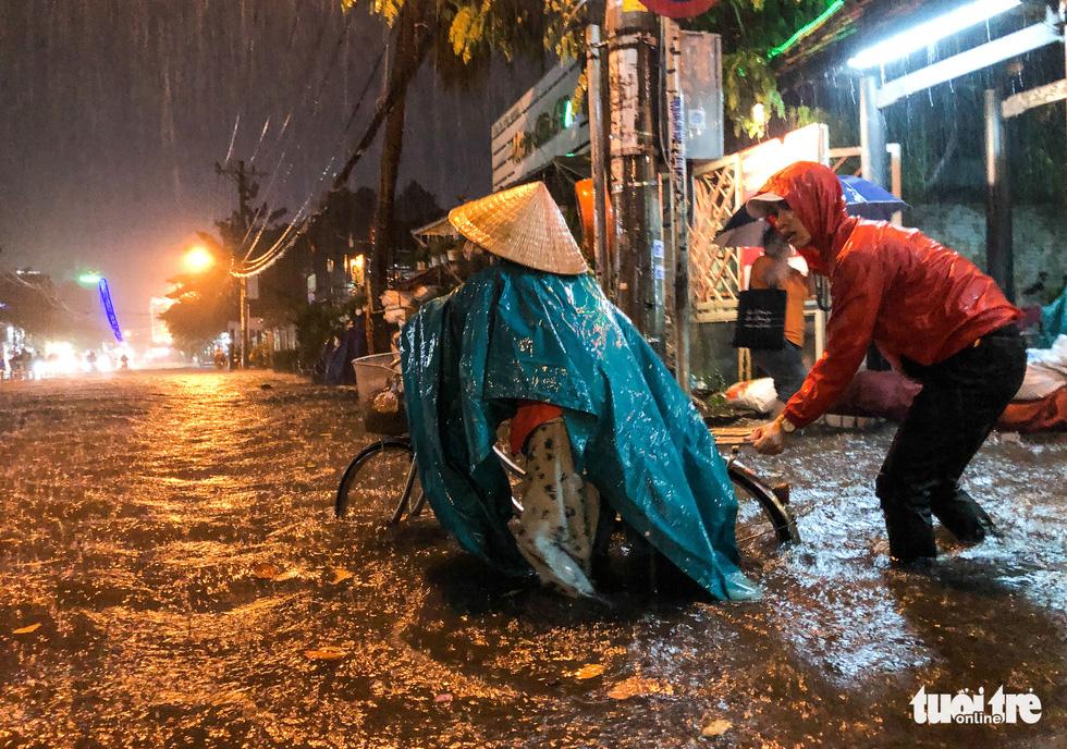 Mưa lớn đường Sài Gòn mênh mông dậy sóng, dân đắp đê ngăn nước - Ảnh 6.