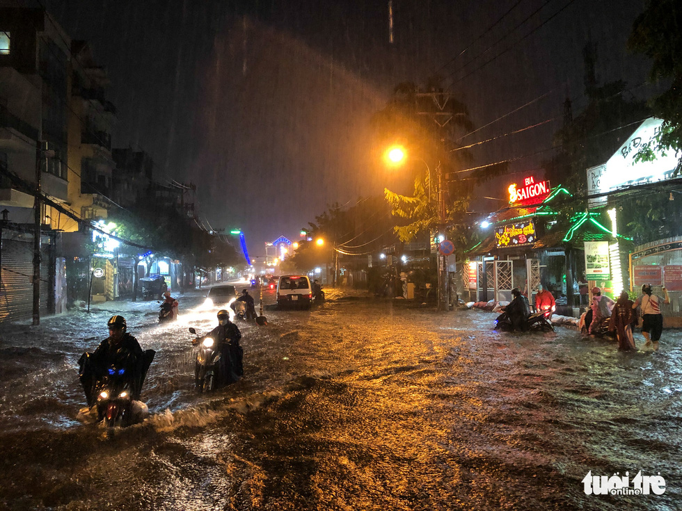 Mưa lớn đường Sài Gòn mênh mông dậy sóng, dân đắp đê ngăn nước - Ảnh 4.
