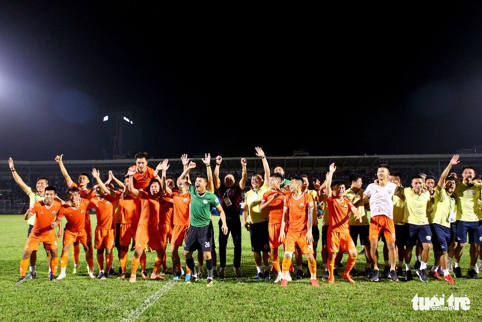 Khoảnh khắc Bình Định ăn mừng thăng hạng V-League sau 12 năm chờ đợi - Ảnh 8.