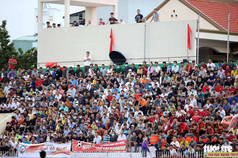 Khoảnh khắc Bình Định ăn mừng thăng hạng V-League sau 12 năm chờ đợi - Ảnh 1.