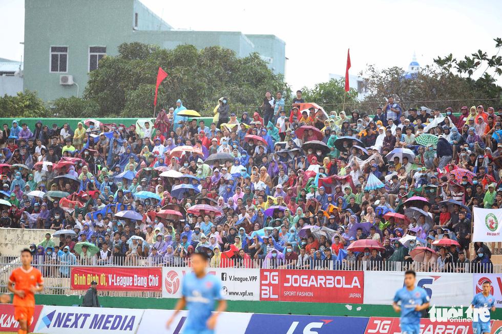Khoảnh khắc Bình Định ăn mừng thăng hạng V-League sau 12 năm chờ đợi - Ảnh 2.