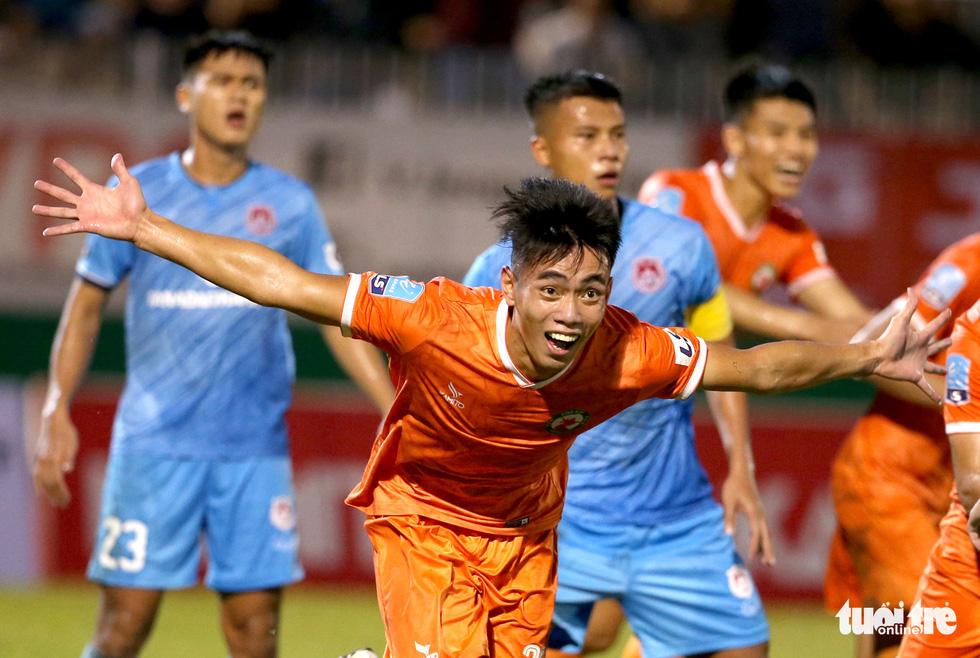 Khoảnh khắc Bình Định ăn mừng thăng hạng V-League sau 12 năm chờ đợi - Ảnh 3.