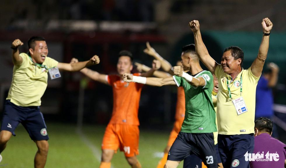 Khoảnh khắc Bình Định ăn mừng thăng hạng V-League sau 12 năm chờ đợi - Ảnh 4.