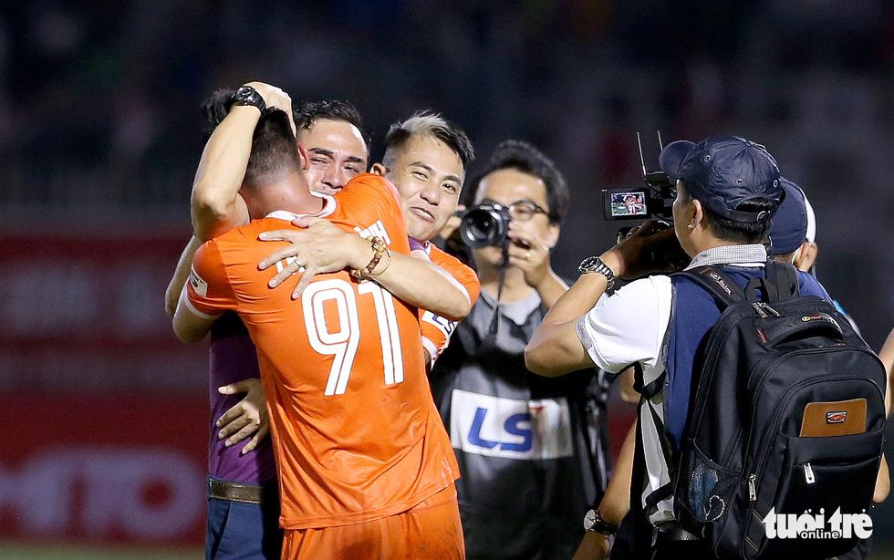 Khoảnh khắc Bình Định ăn mừng thăng hạng V-League sau 12 năm chờ đợi - Ảnh 5.