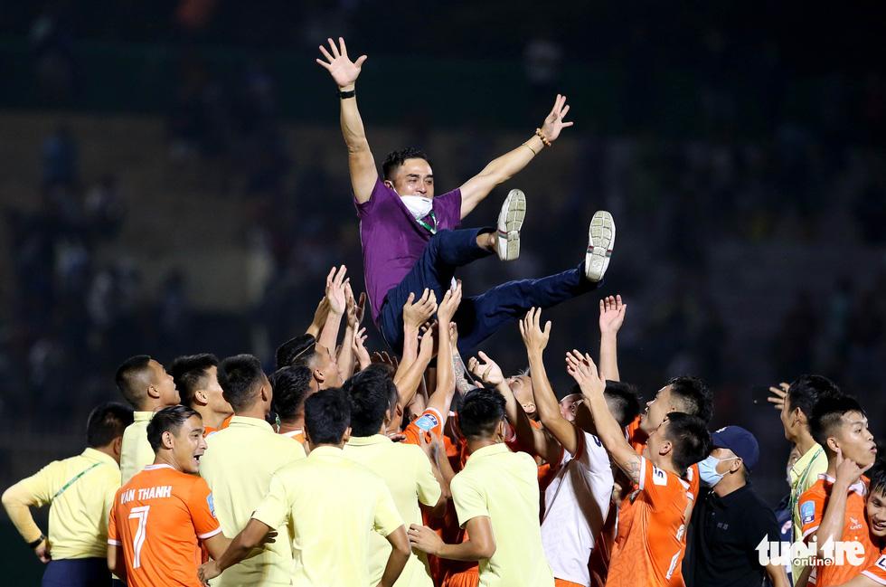 Khoảnh khắc Bình Định ăn mừng thăng hạng V-League sau 12 năm chờ đợi - Ảnh 6.