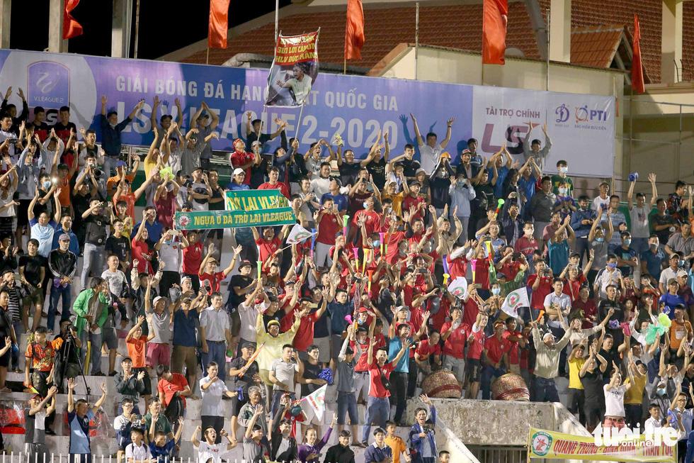 Khoảnh khắc Bình Định ăn mừng thăng hạng V-League sau 12 năm chờ đợi - Ảnh 7.