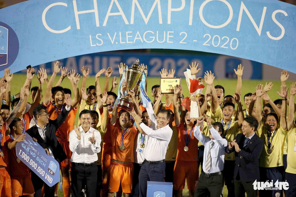 Khoảnh khắc Bình Định ăn mừng thăng hạng V-League sau 12 năm chờ đợi - Ảnh 9.